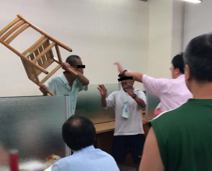 男子徒手攻擊婦人,還一度拿起椅子作勢攻擊。記者李隆揆/翻攝