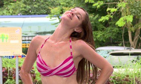 俄羅斯美女藝人安妮登上「綜藝3國智」,與「虎牙甜心」陳伊參加「濕背show挑戰賽」,讓觀眾一起清涼一下。他們有備而來準備了比基尼,身材玲攏有致的安妮和陳伊在挑戰遊戲時表示,若是沒有過關就「直接脫」。...