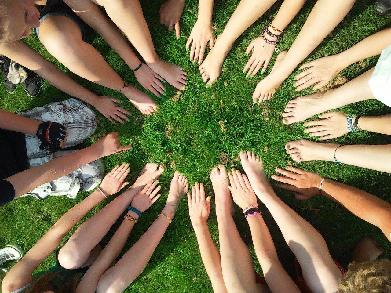 在團體生活中,才能真正體會到,真心朋友的重要性。圖/摘自 pexels