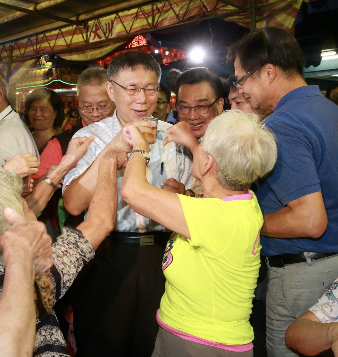 台北市長柯文哲大砍重陽敬老金後,去年出席活動敬酒時,被一位阿媽當面喝倒彩,表達不...