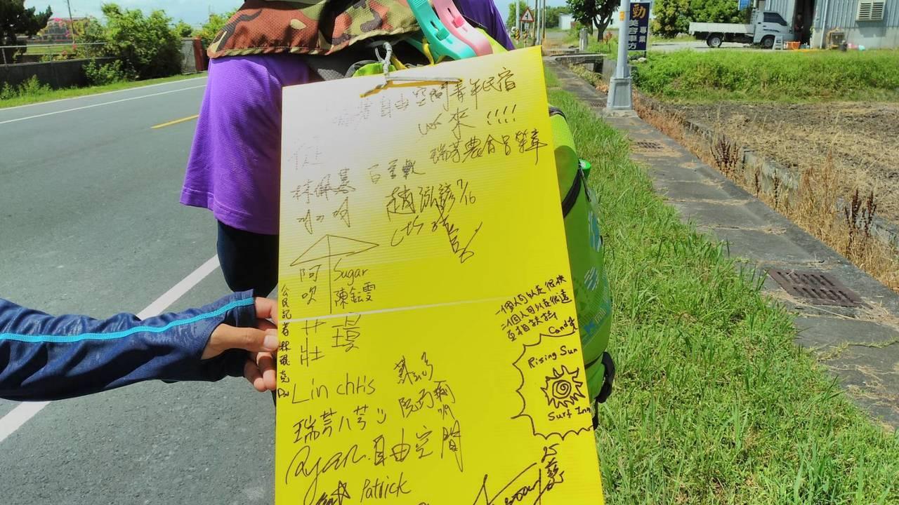 高中同班同學的2名大學畢業生準備花一個月時間徒步環台,背著看板,上書「歡迎搭訕」...