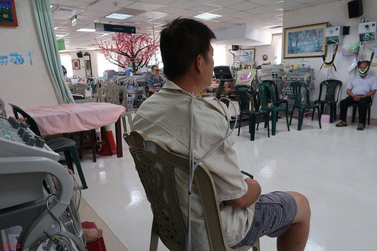 李姓病患未熱身便甩手大車輪運動,得持續接受復健治療。圖/南基醫院提供
