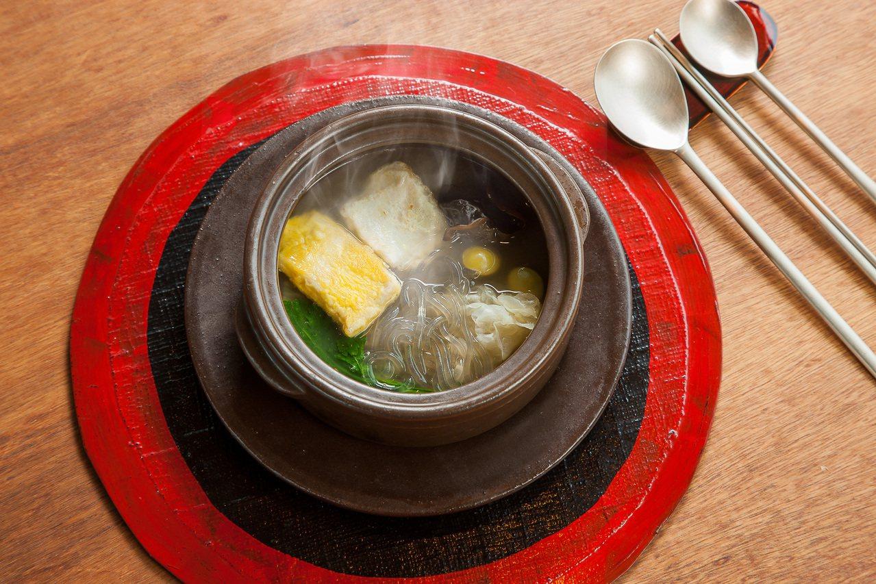 「秋季海鮮煎餅鍋」是一道極為費工的韓國宮廷料理。圖/長榮鳳凰酒店(礁溪)提供