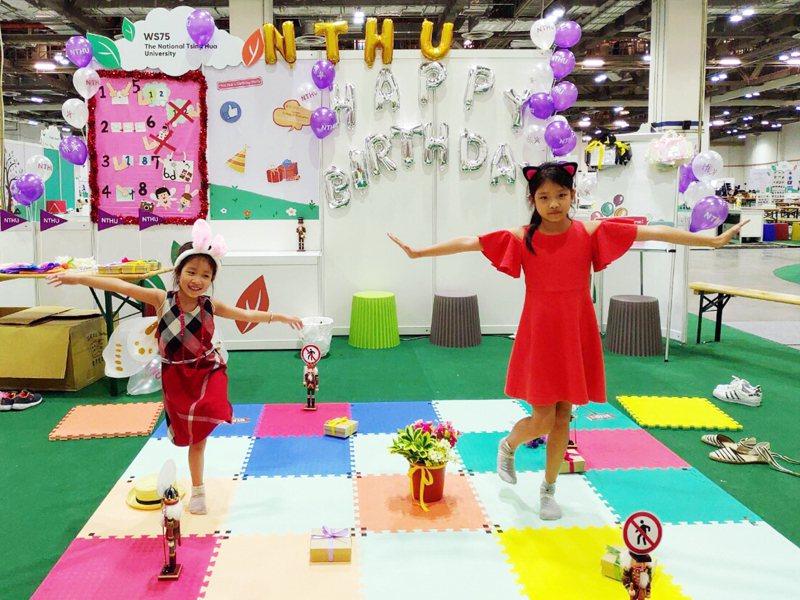 「華小姐的生日派對」運算思維課程,提供一組彩色地墊教材,利用遊戲來培養幼兒的數感、數序、空間、推理概念,及解決問題的能力。圖/清大提供