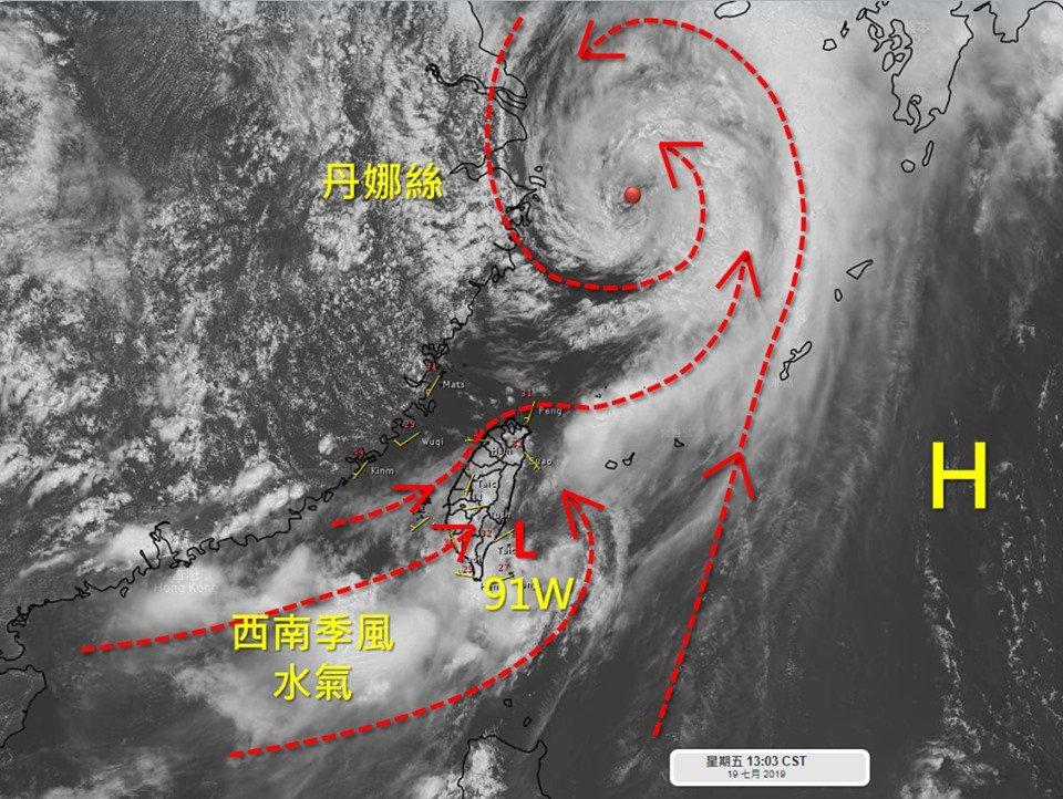 低壓91W趨向台灣南部陸地後逐漸減弱,原本被它牽制住的西南季風水氣跟著北上,看起...