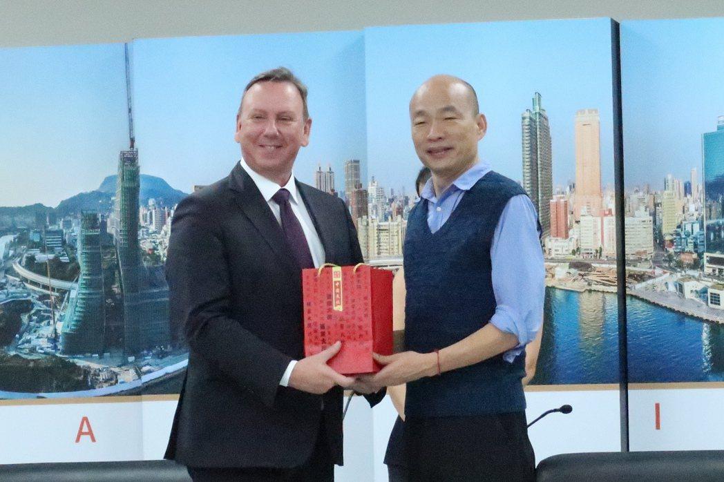 全球「ICLEI地方政府永續發展理事會」秘書長Gino Van Begin(左)...