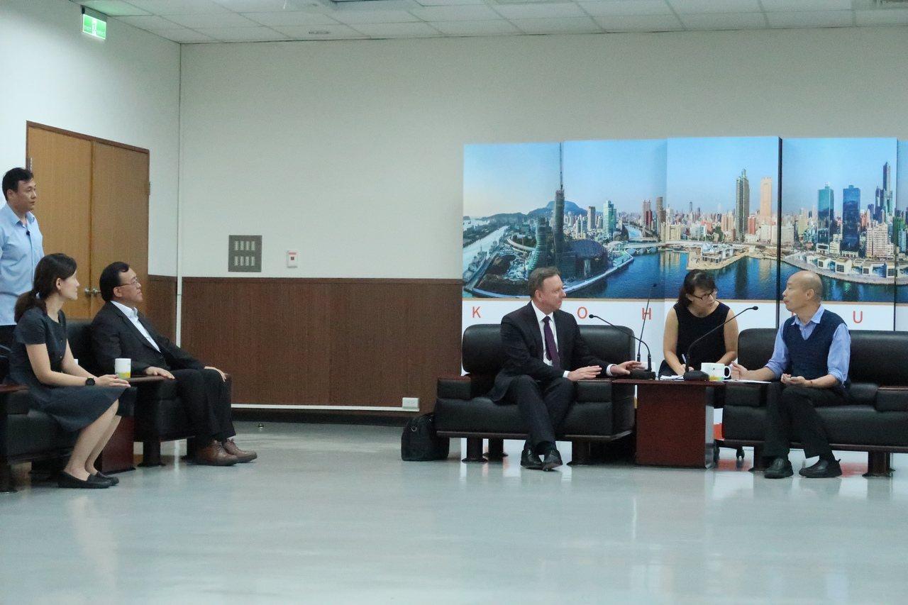 全球「ICLEI地方政府永續發展理事會」秘書長Gino Van Begin(右三...