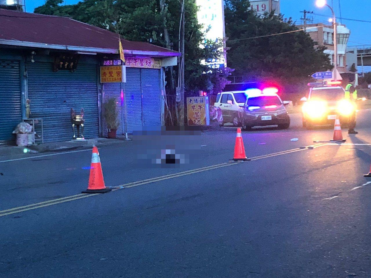 苗栗縣頭屋鄉79歲老婦今天凌晨4點多,在台13線公路疑遭2輛機車先後撞擊身亡。圖...