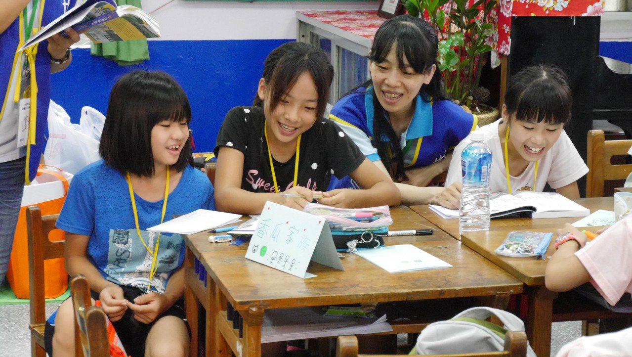 世界和平會在桃園偏鄉大坡國小舉辦閱讀寫作營,放暑假的小朋友一樣能快樂學習。圖/u...