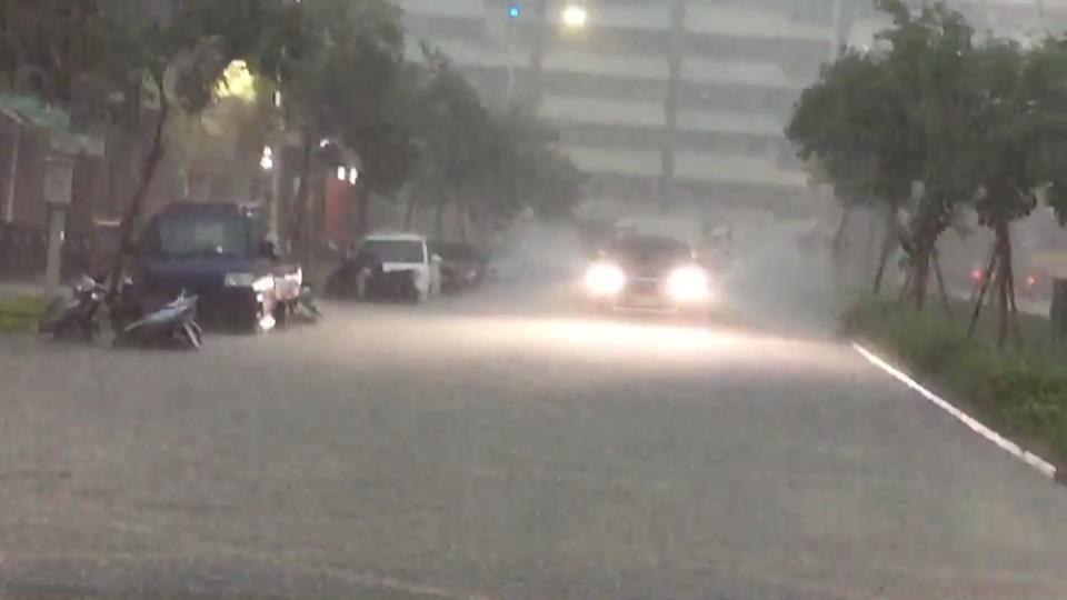 高雄市下午下大雨,市政府鳳山行政中心前積水嚴重。記者楊濡嘉/攝影