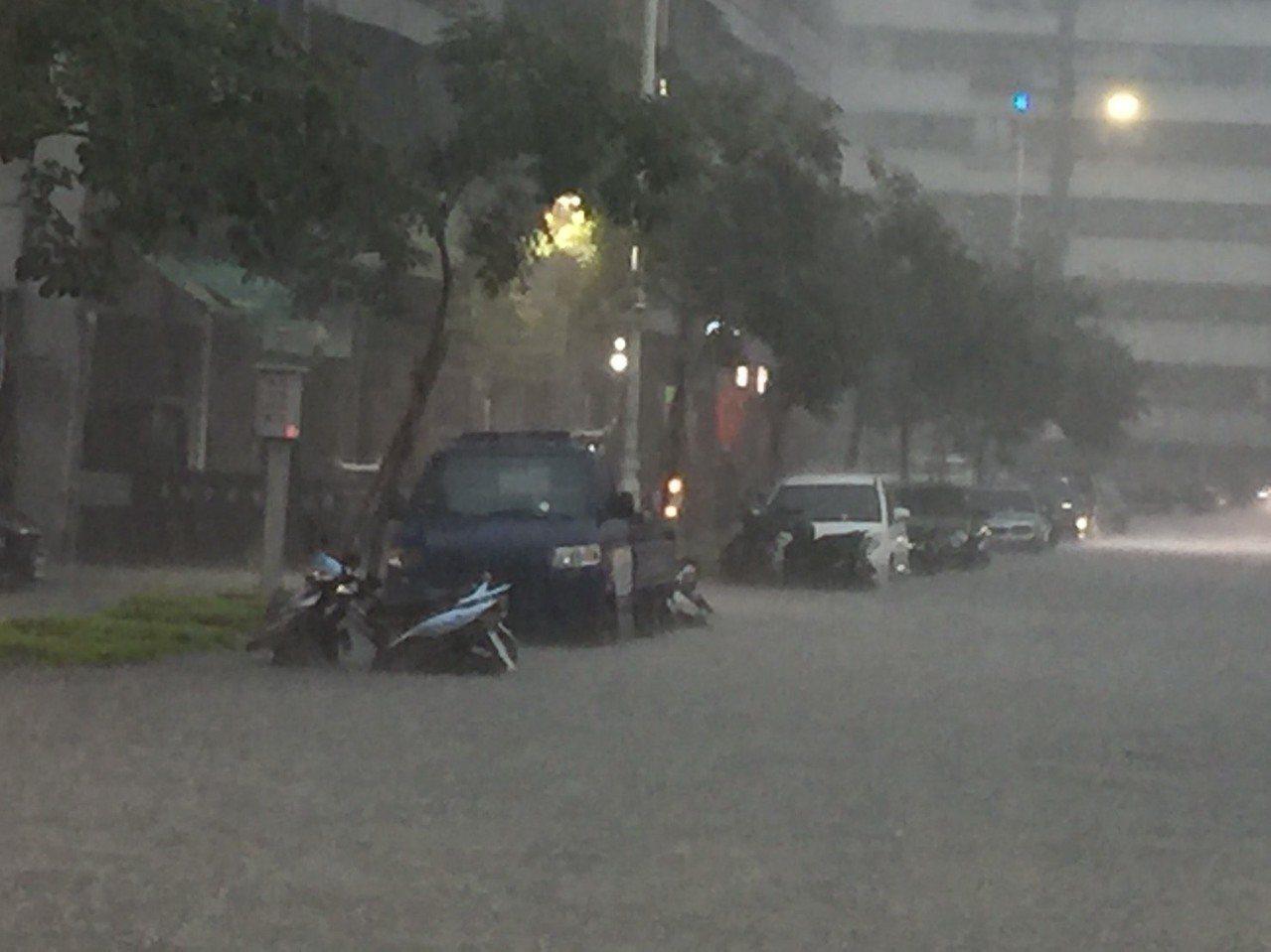 高雄市下午下大雨,市政府鳳山行政中心前積水難行。記者楊濡嘉/攝影