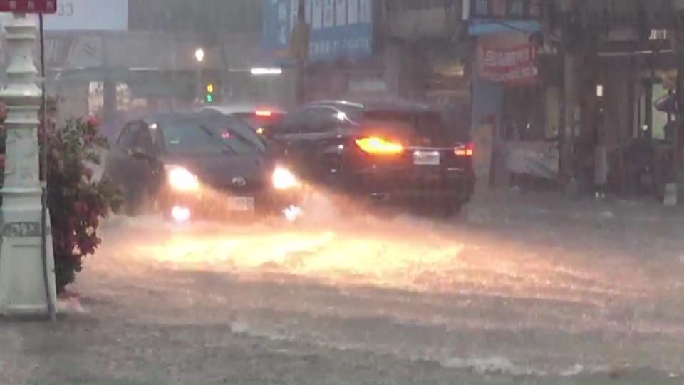 高雄市下午下大雨,市政府鳳山行政中心前的 光復路積水嚴重。記者楊濡嘉/攝影