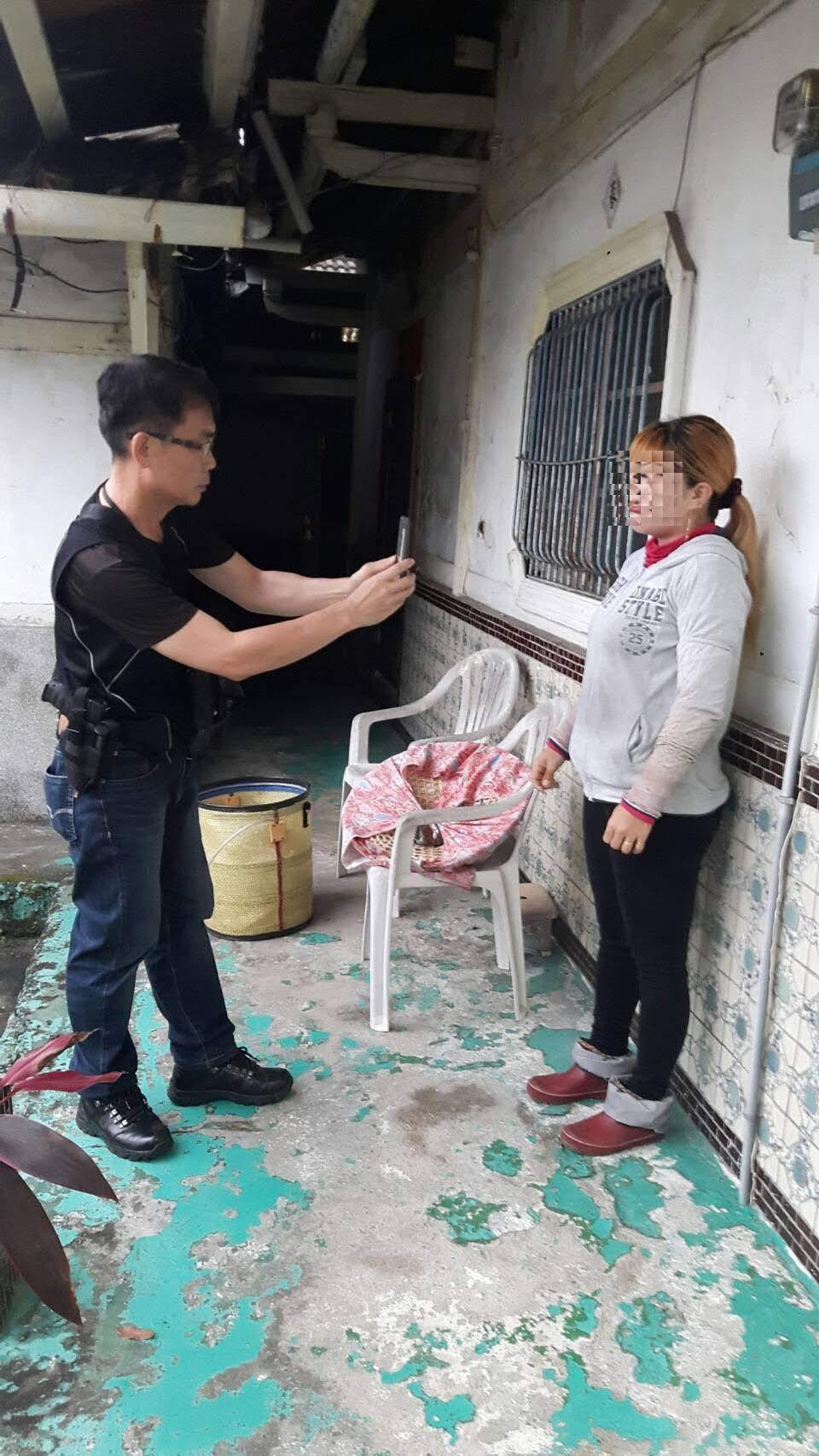 嘉義縣中埔警分局會合移民署專勤隊,在中埔鄉義仁村查獲3名非法越南移工,其中50歲...