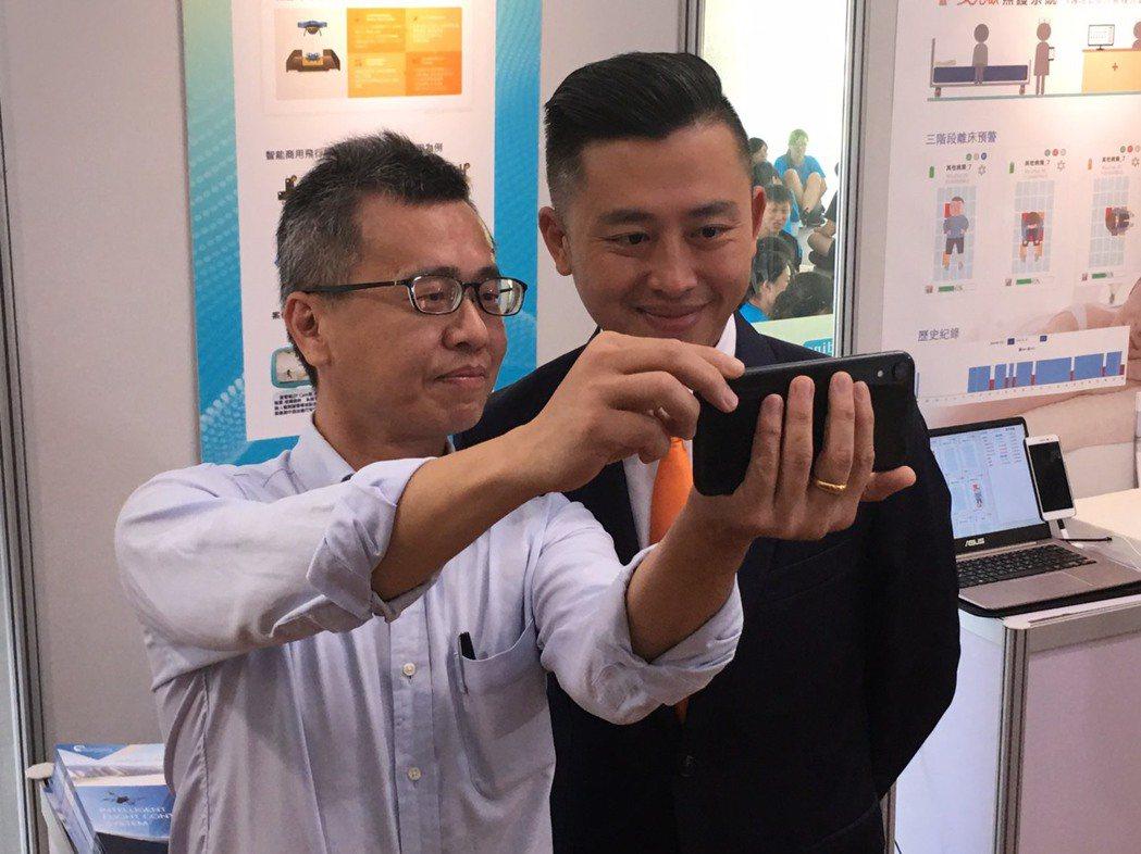 亞洲‧矽谷物聯網產業大聯盟季會今天在交通大學舉行,新竹市長林智堅(右)參觀業者的...