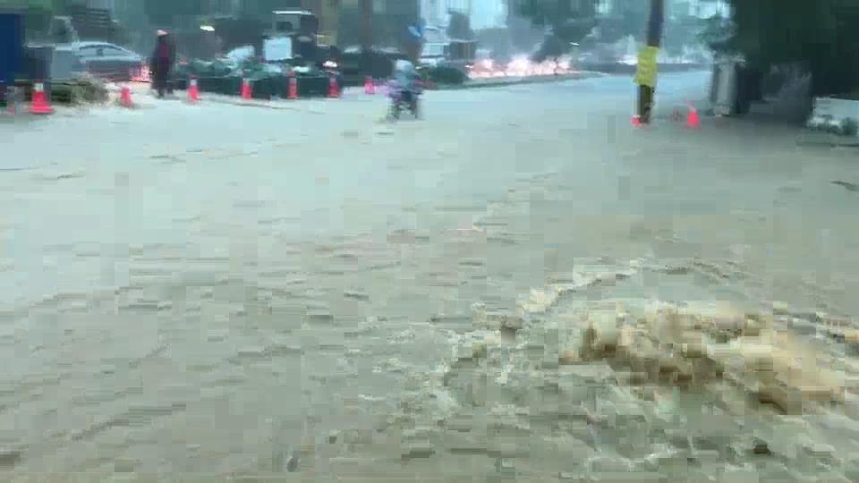 高雄市鳥松區神農路遇大雨積水嚴重。圖/ 高雄市議員邱俊憲提供