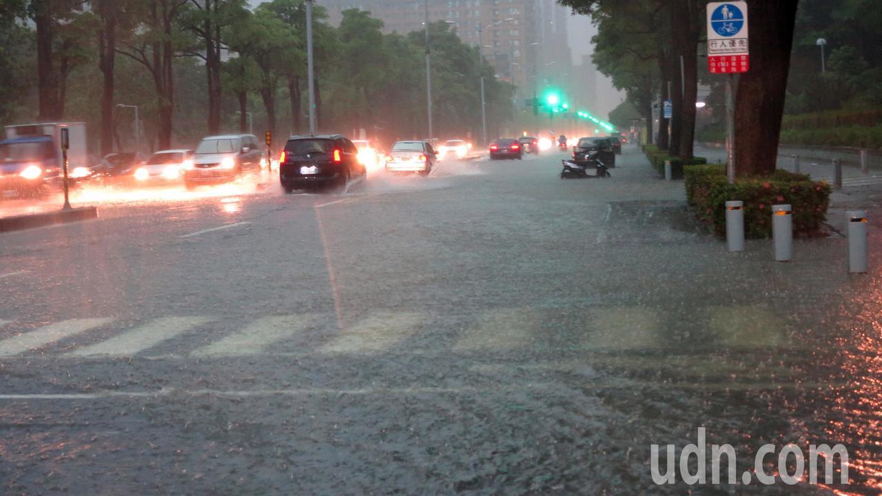輕度颱風丹娜絲剛離開台灣,但受到低壓帶影響,高雄市區下午四點開始降下雷陣雨,超大...