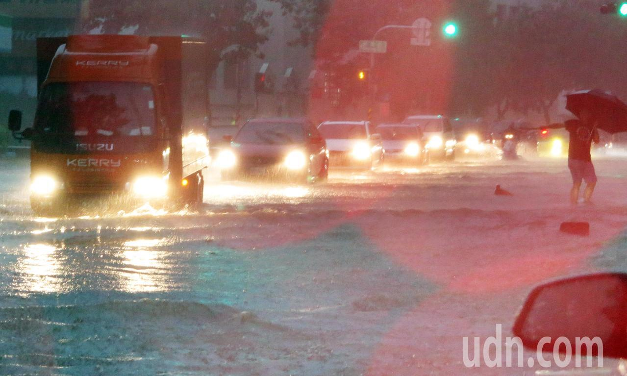 高雄市區下午四點開始降下雷陣雨,超大雨勢讓許多路面積水,車輛拋錨動彈不得。記者劉...