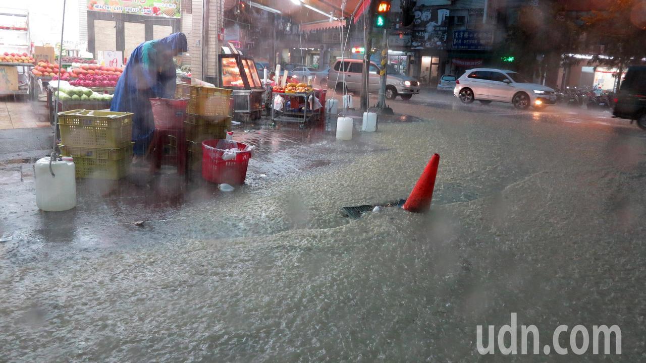 高雄市區下午四點開始降下雷陣雨,超大雨勢讓市區多處淹水。記者劉學聖/攝影