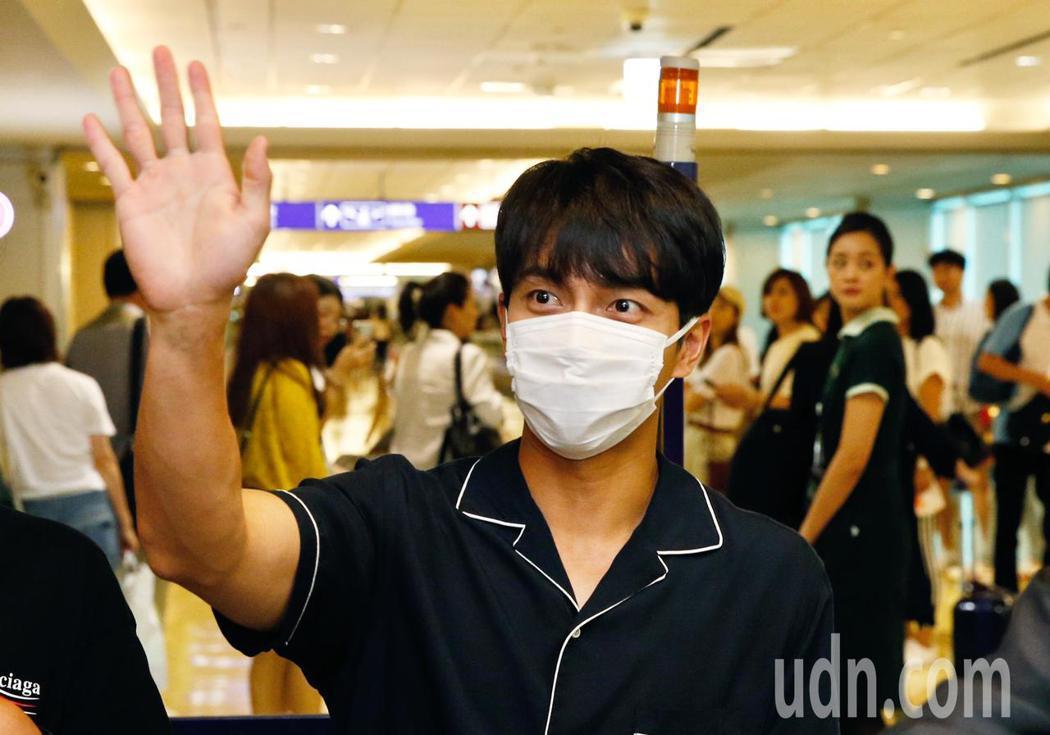 韓國「國民歐巴」李昇基傍晚抵台,李昇基雖然帶著口罩,但還是親切地跟媒體與粉絲揮手...