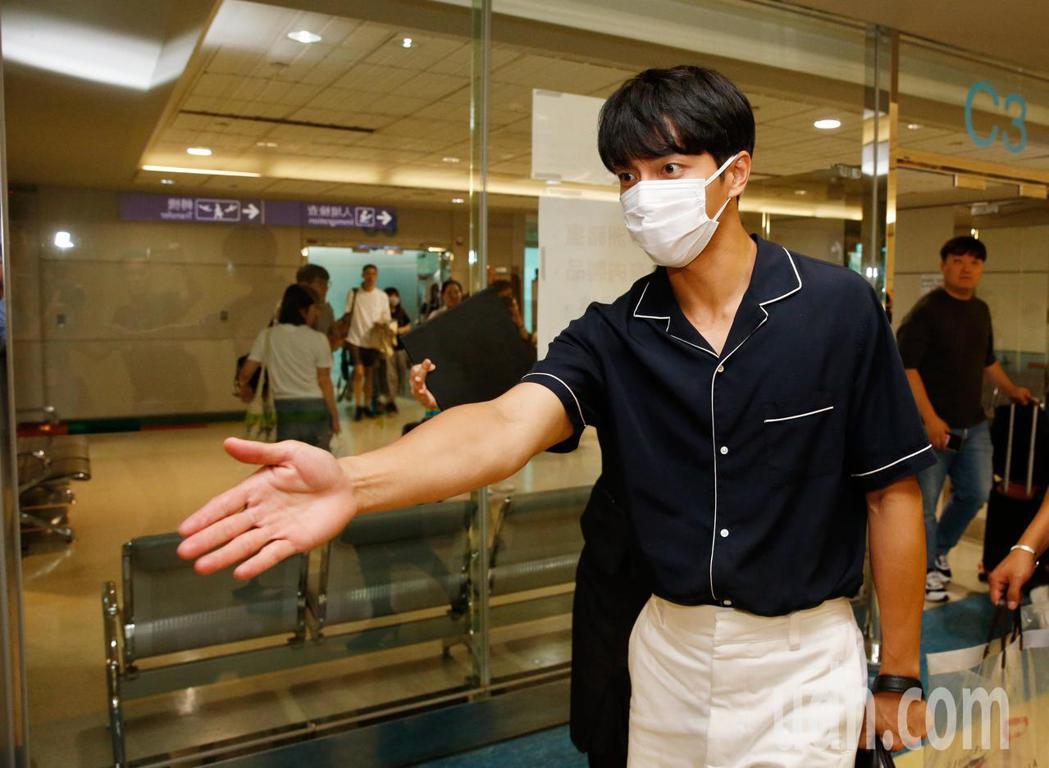 韓國「國民歐巴」李昇基傍晚抵台,媒體跟拍時差點撞倒一旁的車輛,李昇基還貼心地提醒...