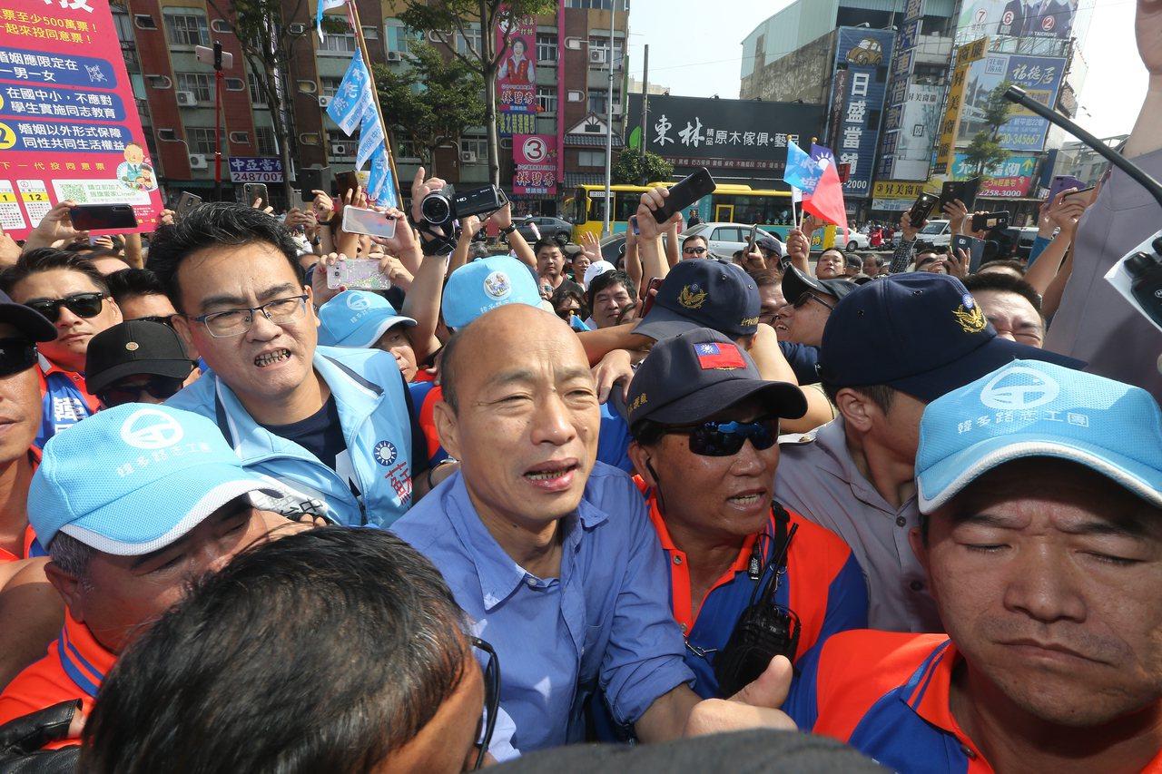 韓國瑜(中)每次現身台中都引起一陣韓流旋風,圖為他在參選高雄市長時來台中為盧秀燕...