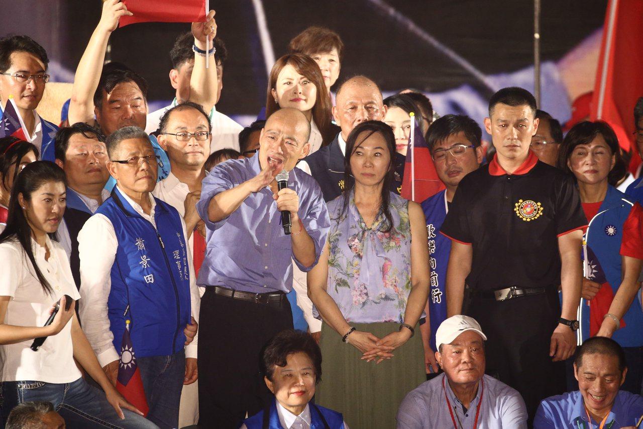 韓國瑜(中)在總統黨內初選時,獲台中紅黑派與鄉親力挺,他明來台中表達感謝。本報資...