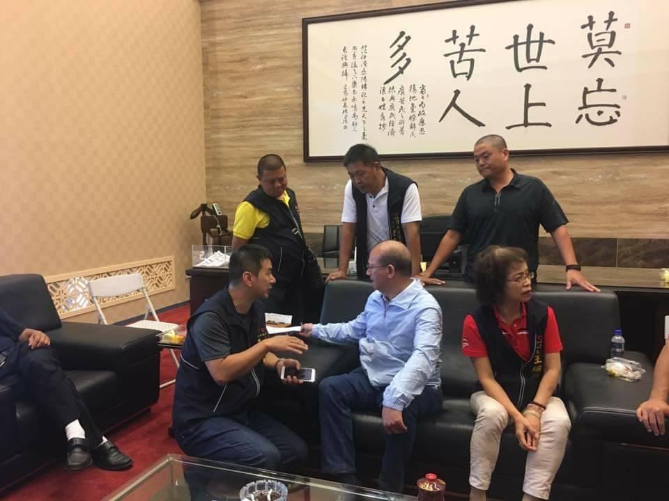 台中市議長張清照(中 )認同韓國瑜的理念,辦公室掛著「莫忘世上苦人多」的字畫。圖...