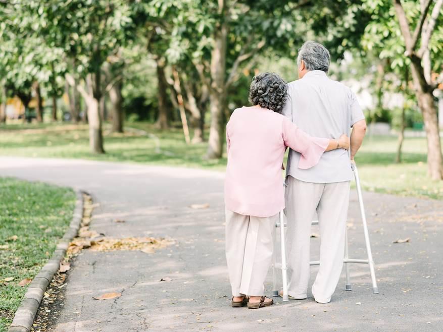 宏泰人壽提醒民眾及早為父母做好預防及風險規劃,建議可從強化居家環境安全及投保以骨...