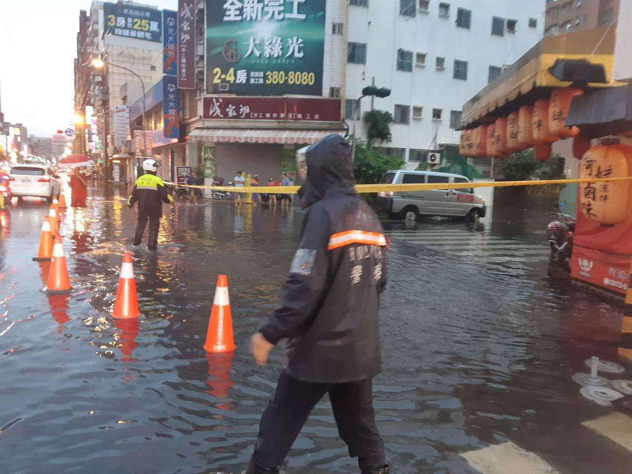 高雄市三民區建功路745巷淹水50公分,人車難進,警方在巷外拉封鎖線。記者林保光...