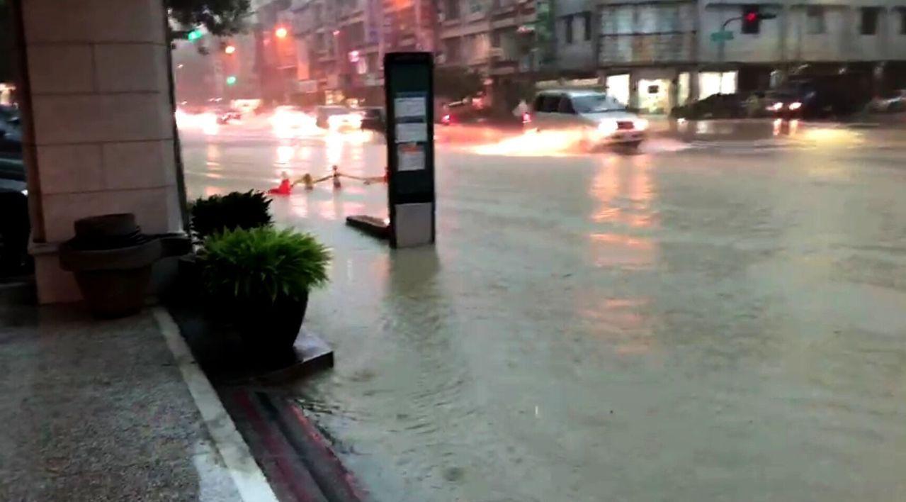 高雄市三民區九如路淹水。記者林保光/翻攝
