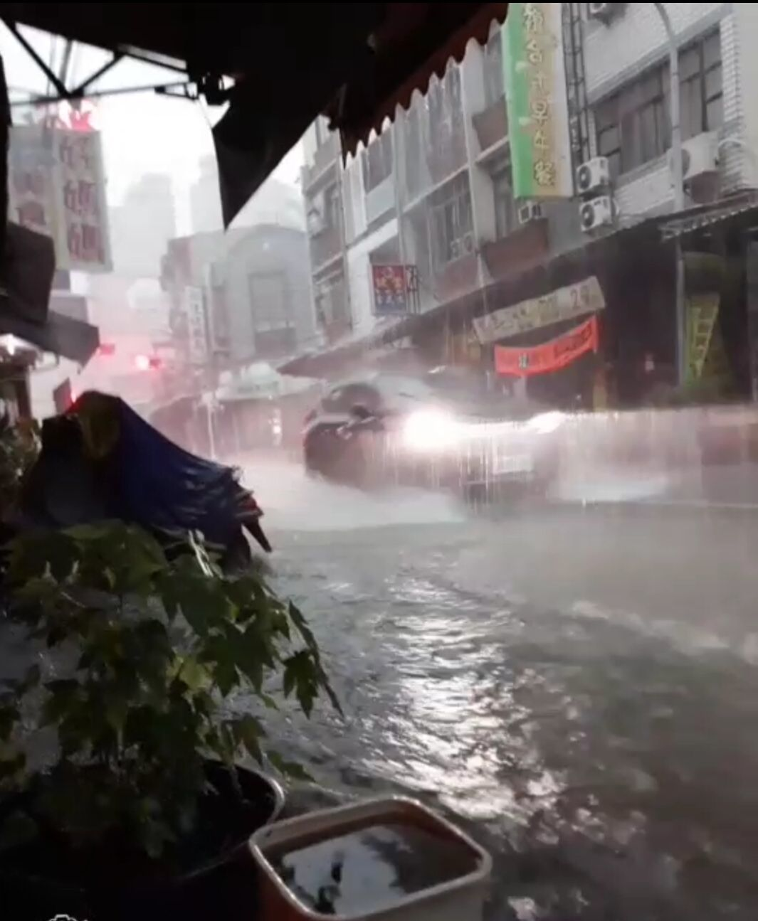高雄市大寮區進學路淹水。記者林保光/翻攝