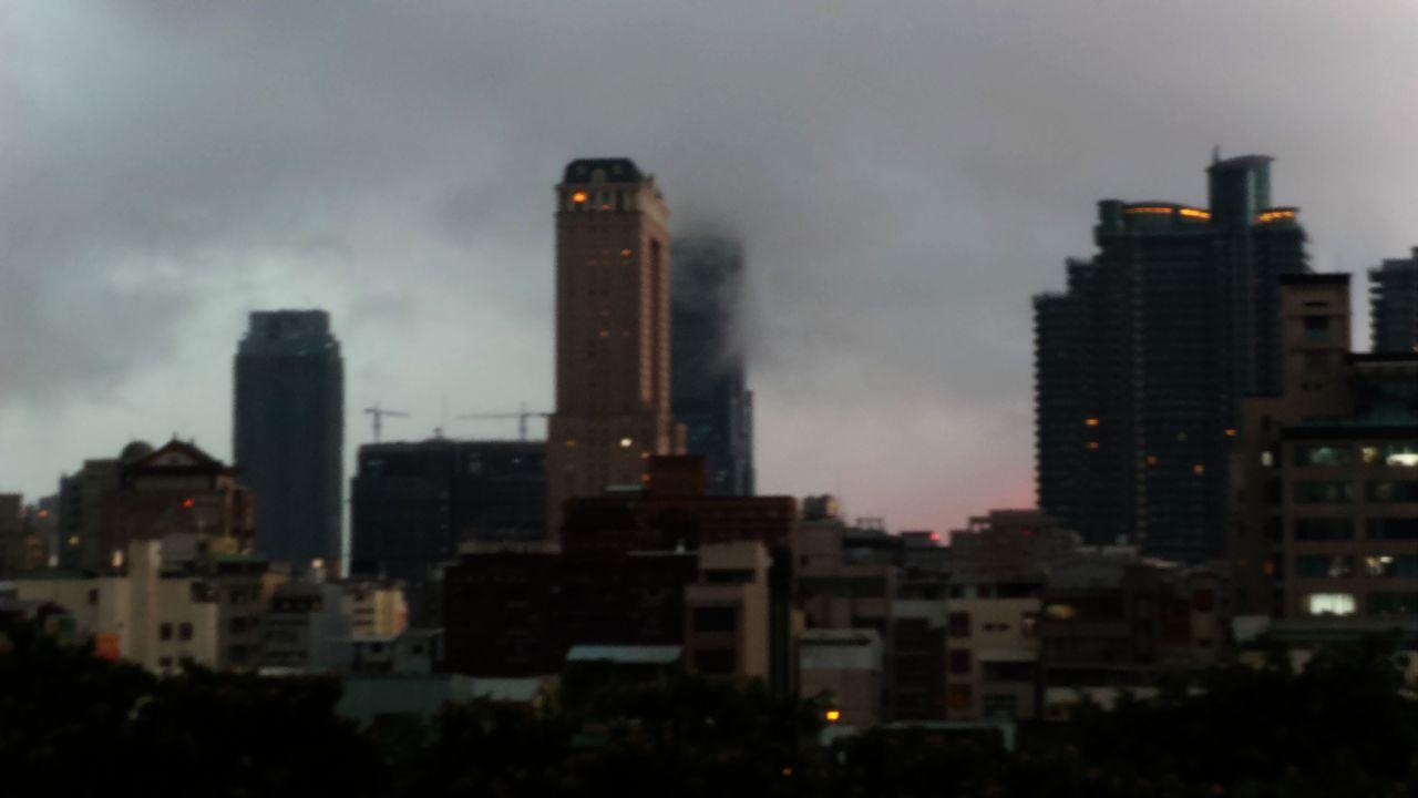 高雄市今天下午下豪大雨,白天天色幾像黑夜。記者林保光/攝影
