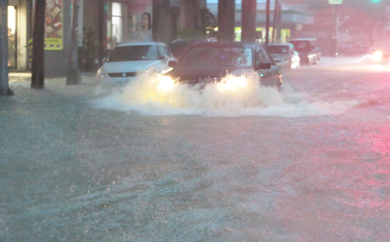 高雄市瞬間降下暴雨,消防局陸續接獲民眾人車淹水受困,高雄市長韓國瑜已進駐防災應變...