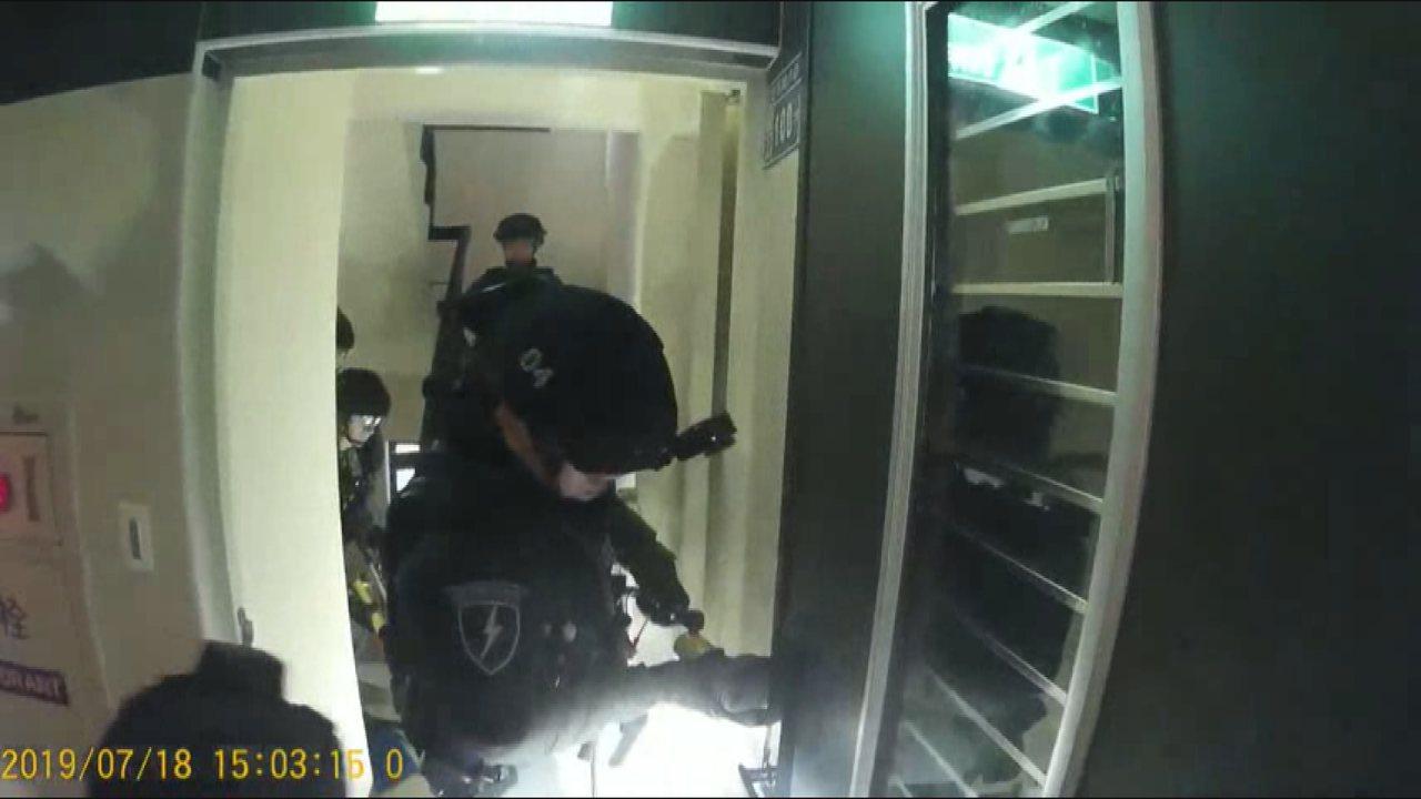 警方攻堅以薛姓嫌犯為首的暴力討債集團藏匿處,並在他們6人身上查獲犯案用的手機、球...