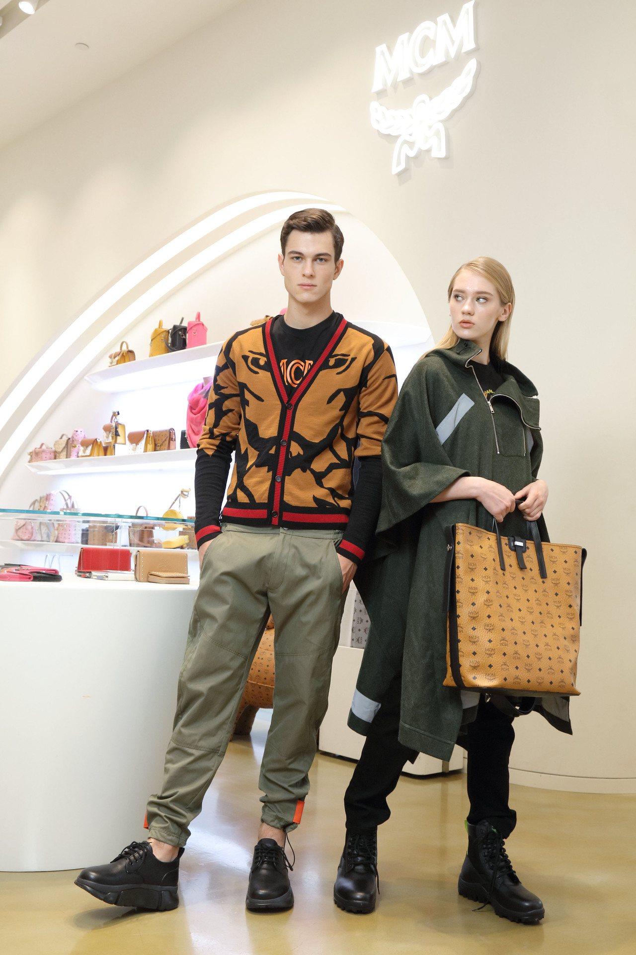 模特兒穿搭MCM秋冬新品(左)毛衣外套價格店洽、短袖上衣6,000元、褲17,0...