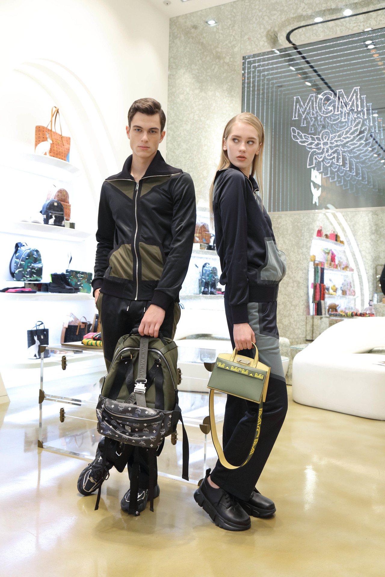 模特兒演繹MCM秋冬(左)運動上衣22,000元、褲17,500元和Jemiso...