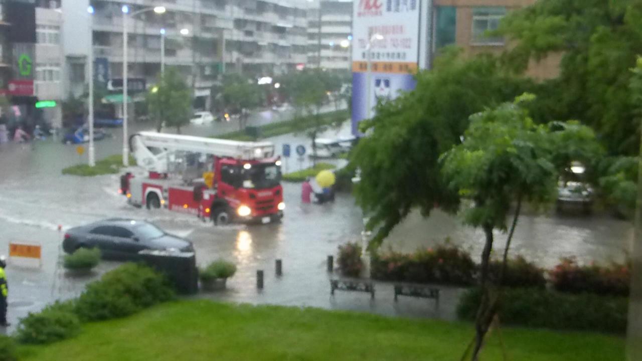 高雄市消防人員出動救援被水困住的人車。記者楊濡嘉/攝影