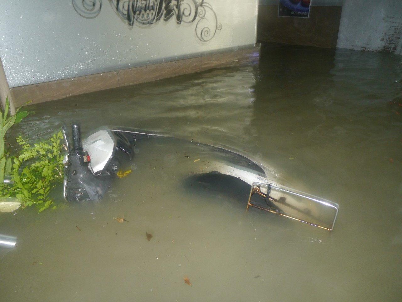 機車淹水浸泡在水中。記者徐白櫻/攝影