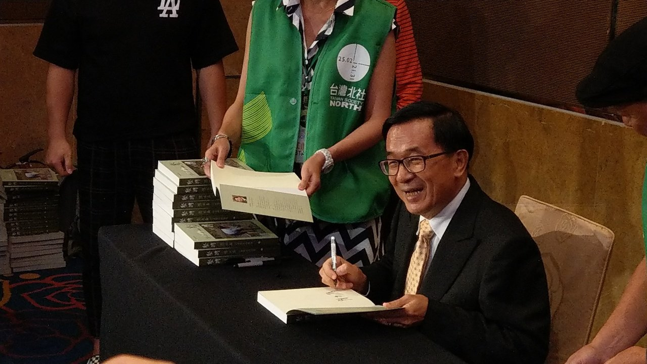 前總統陳水扁下午至台北市大直典華飯店參加簽書會及本土社團募款餐會,現場不少支持者...