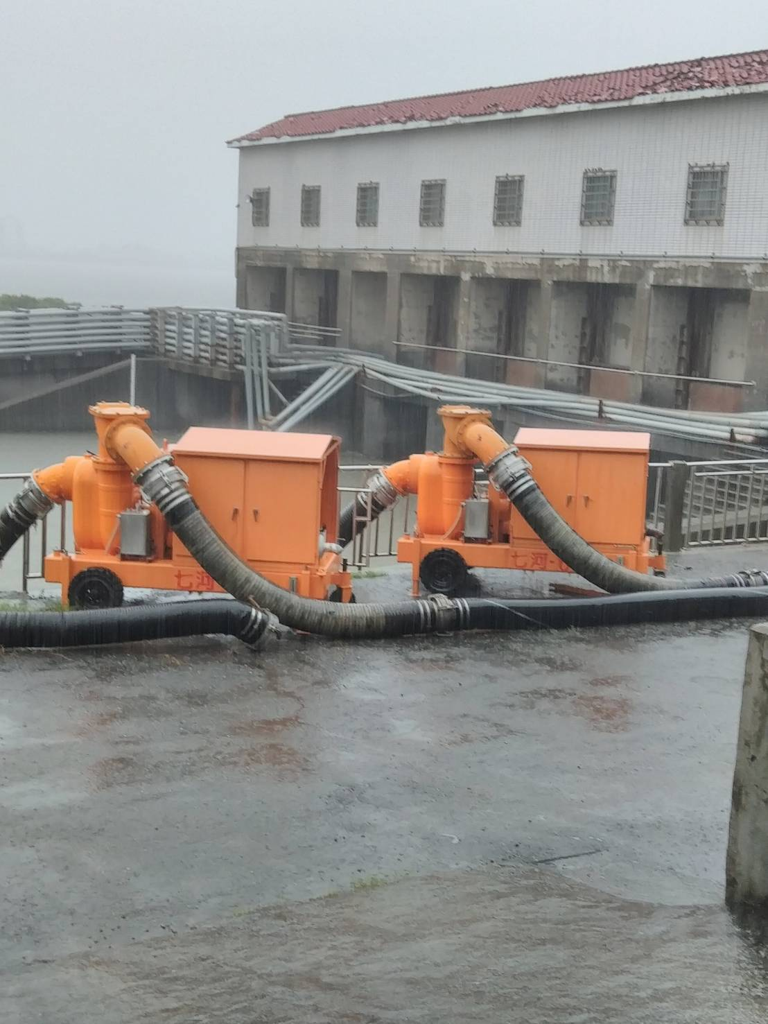 水利署第七河川局今天支援2台抽水機至屏東縣林邊鄉抽水站協助抽水。圖/水利署提供