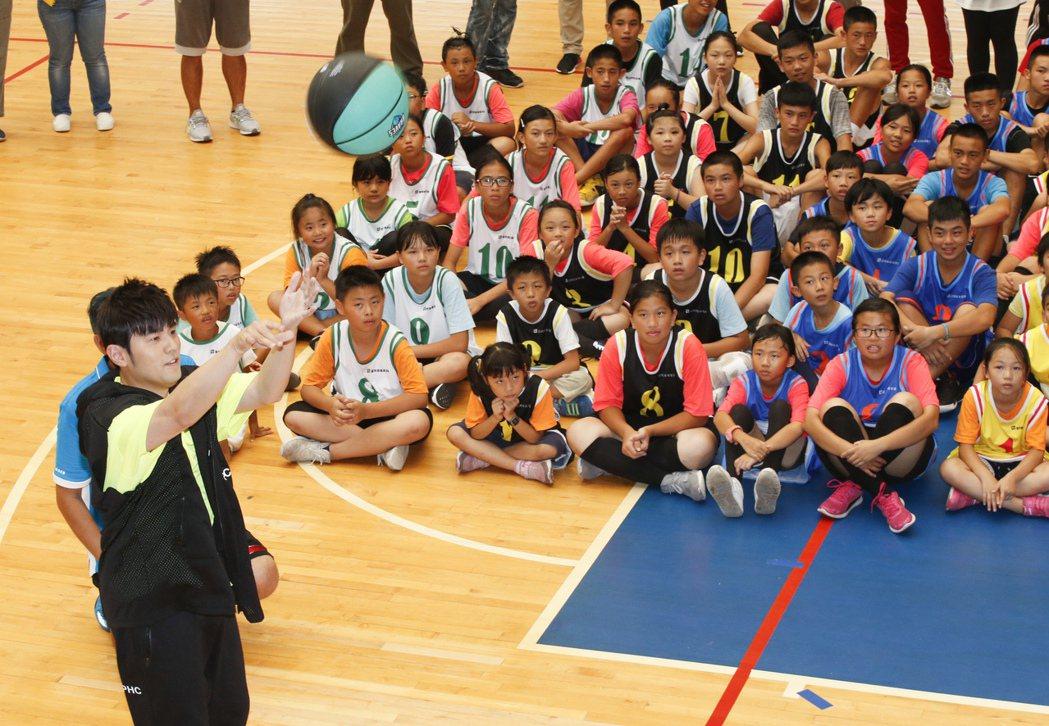 周董昨出席公益籃球活動。記者鄭超文/攝影