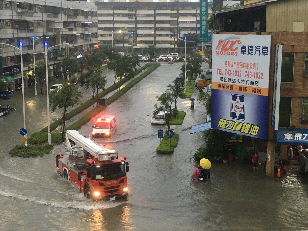 高雄市強降雨造成鳳山地區嚴重積水。記者徐如宜/攝影