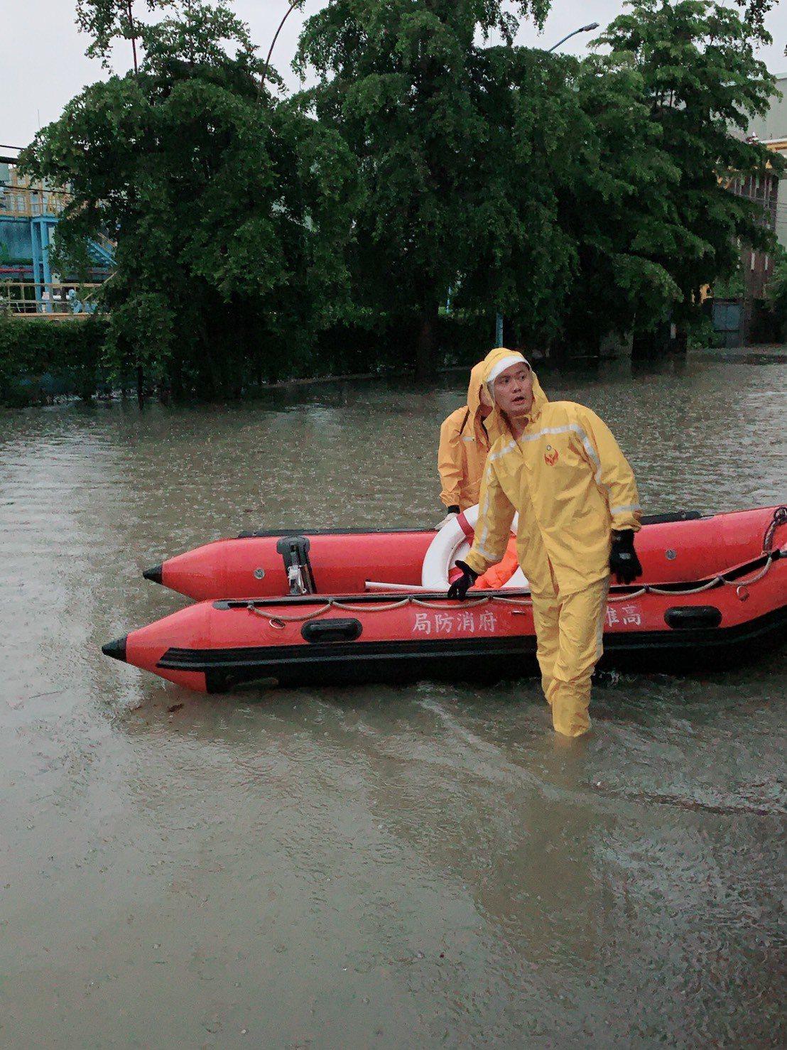 高雄市瞬間降雨猛烈,消防局淹水受困報案迅速暴增。記者賴郁薇/翻射