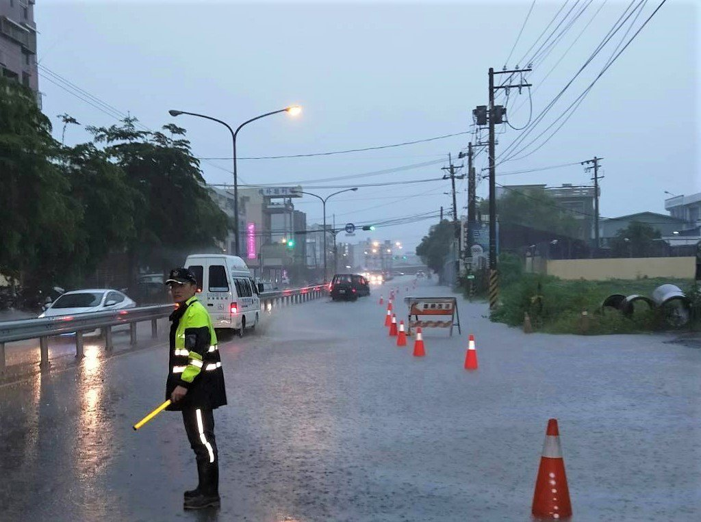 屏東縣東港、林邊、新園、枋寮、萬丹等5鄉鎮、12處馬路下午出現積淹水,台17線東...