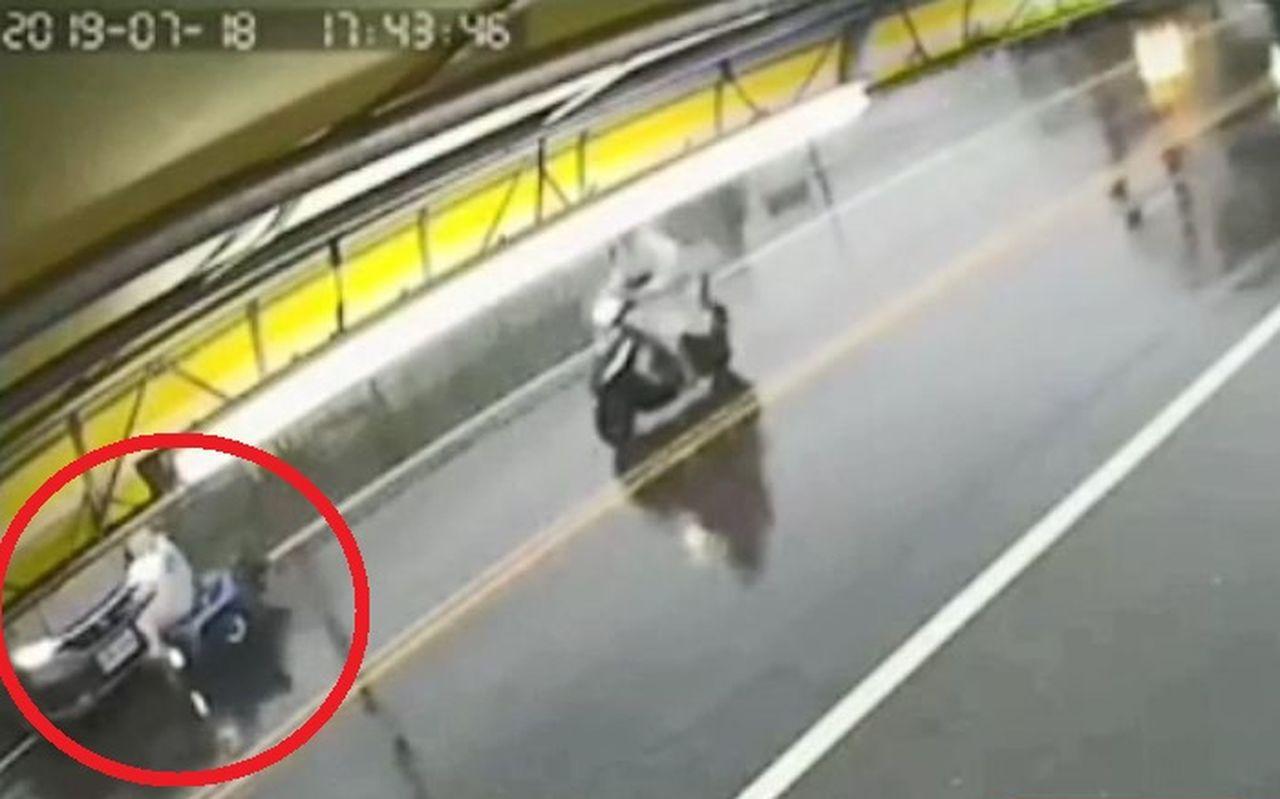 銀色轎車在台中大里區仁化路慢車道停等,準備跨越雙黃線左轉,一名女機車騎士(紅圈處...
