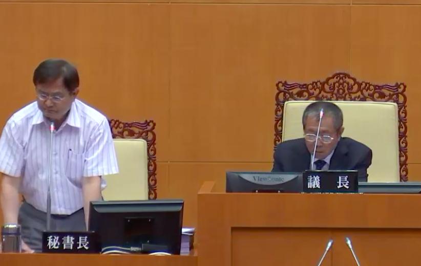 屏東縣議會秘書長吳松薰(左)疑涉貪,檢察官訊後諭令30萬元交保。