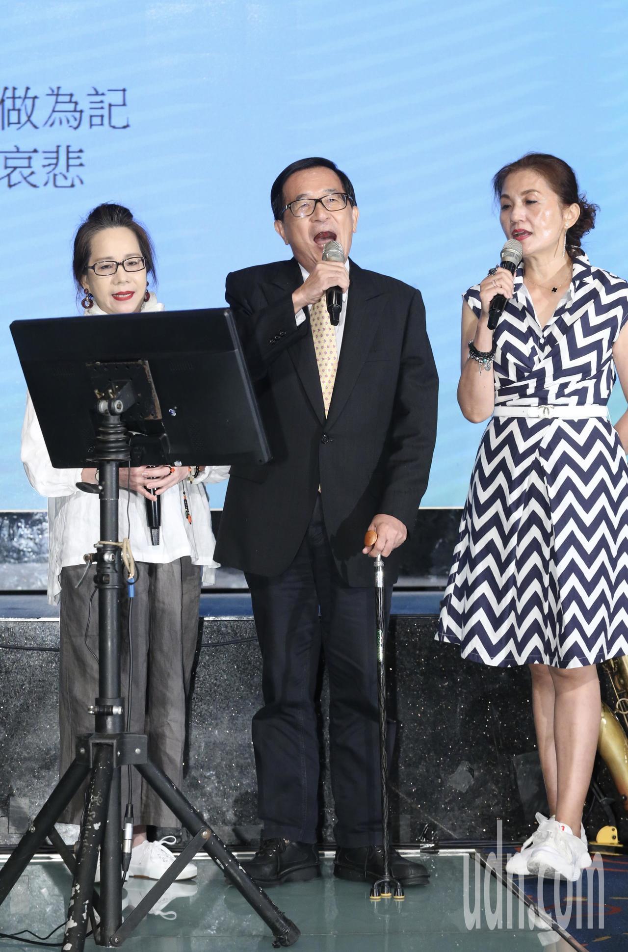 前總統陳水扁(中)晚間參加北社募款餐會,他並以高唱兩首歌曲來代替致詞。聯合報系記...