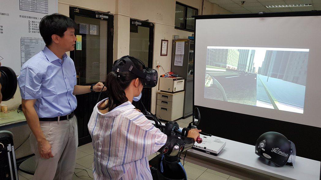 新竹市監理站與中華大學在新竹客運駕訓班架設機車駕駛訓練VR虛擬實境模擬器,提供機...