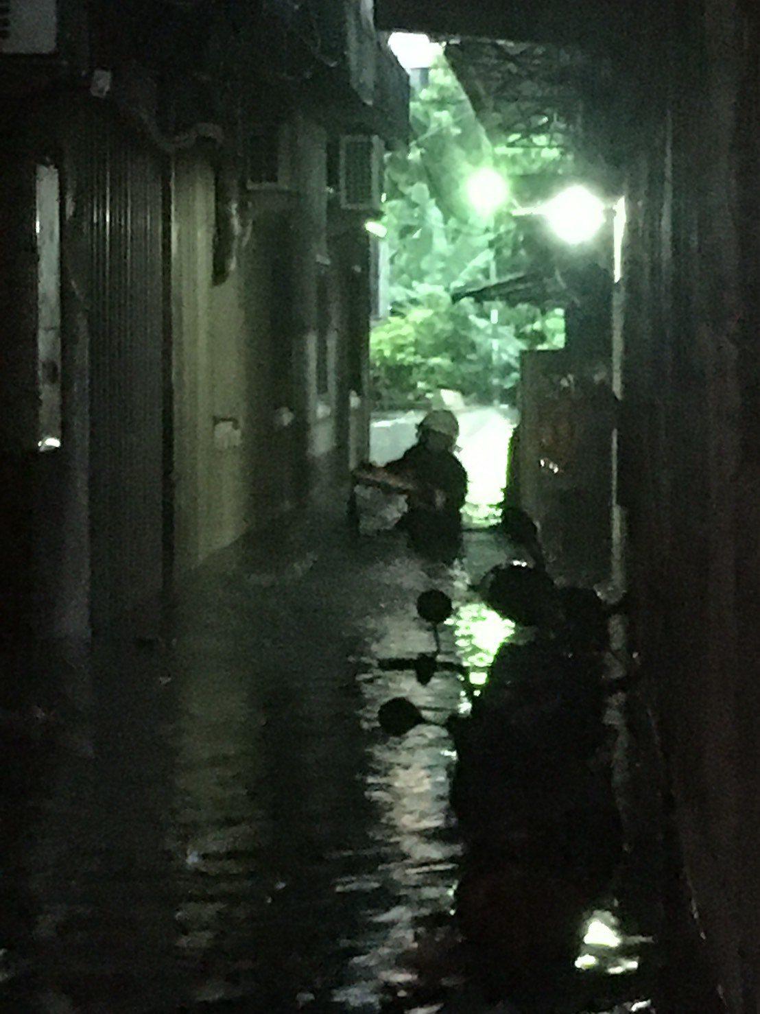 高雄市三民區水深及腰,消防人員出動救援。記者賴郁薇/翻攝