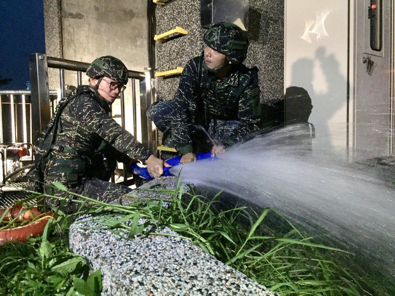 高雄市暴雨,市內多處淹水,陸戰隊攜抽水機赴楠梓協助抽水。圖/陸戰隊指揮部提供